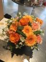 オレンジ色の元気が出るアレンジメントフラワー