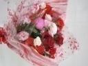 赤バラとトルコギキョウの花束