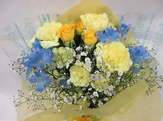 カーネーションとスプレーバラの花束