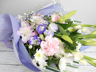 【お供え花束】 ?白ユリで優しく贈る淡い色花束?
