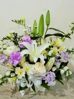 白ユリと季節のお花の御供えアレンジメント