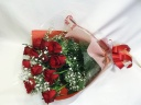 赤いバラとカスミ草の花束