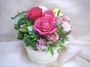 ピンクバラとグリーンのアレンジメント