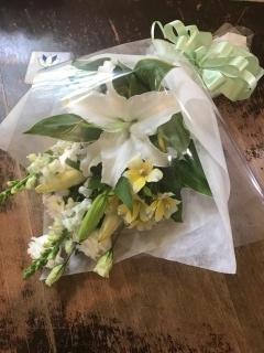 淡い色合いのお供え花束