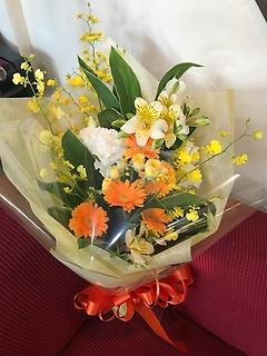 黄色とオレンジの明るい花束