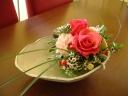 たたら作りの深皿にお花を盛付けて
