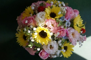 カラフルに季節のお花のフラワーバスケット