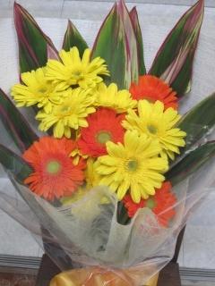 イエロー・オレンジのガーベラ花束