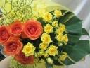 イェローオレンジのふんわり華やかブーケ花束