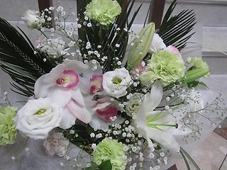淡い色合い洋花御供えアレンジメント