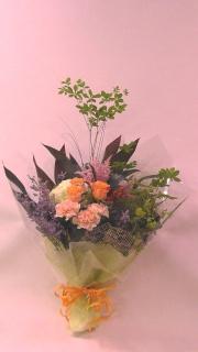 季節の花をとり入れたナチュラルな花束