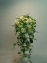 白薔薇のキャスケードブーケ