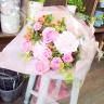 ピンクカーネーションとバラの花束