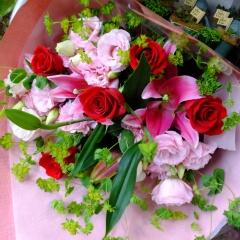 ピンクユリと赤バラ花束