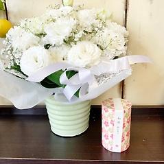 ホワイトトルコキキョウアレンジと桜の線香