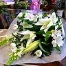 菊とオリエンタルユリのお供えホワイト