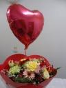 花束に赤いハートの形のバルーンつきです。