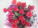 シックな赤バラとカスミソウの花束