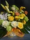 黄アレンジメント「おしゃれなリボンと大きな葉」