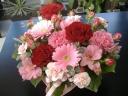 赤バラとピンクカーネバスケット