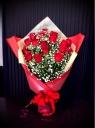 赤バラとかすみそうの花束