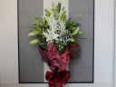 赤いラッピングが華やかな、カサブランカの花束