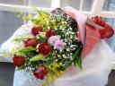 赤バラ入りのミックスカラー花束