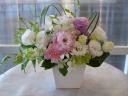 陶器の花器入り白系アレンジメント