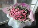 ピンクバラ50本とカスミソウの花束