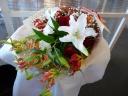 白ユリとグロリオサの紅白花束