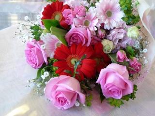 バラとガーベラの赤ピンク系花束