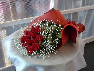 赤バラ12本とカスミソウの花束