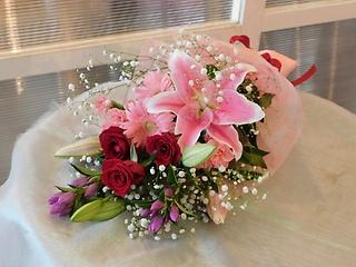 ユリとバラの赤ピンク花束