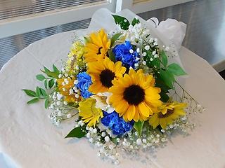 お供え花束(ひまわり&白ブルーの花)