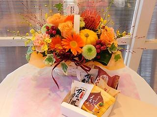 敬老の日・オレンジバラの華やかアレンジ&和菓子5個