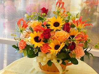 ヒマワリとバラの赤オレンジ系アレンジメント