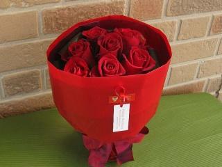 花びらにメッセージ入り赤いバラの花束でサプライズ!