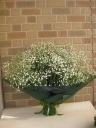 抱えきれないほどのカスミソウの花束