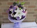 青いカーネーションとユリの花束
