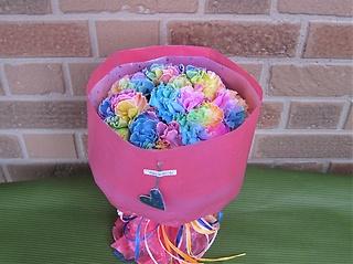 色鮮やかな虹色のブーケでサプライズ!