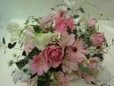 ピンクのバラとガーベラのアレンジメント