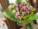 鮮やグリーンとピンク系の花束