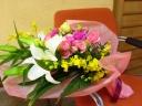 白ユリとバラの華やか花束