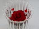 蓋付きガラスポットに赤いバラ