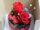 陶器の器に赤いバラ2輪