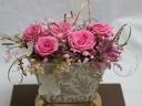 豪華な器にピンクのバラ5輪