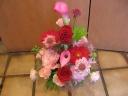 赤バラが入った赤・ピンク系アレンジメント