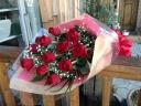 赤いバラ1ダース(12本)とカスミソウの花束