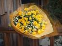 黄色いスプレーバラとカスミソウの花束