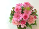 ピンク系の花で作る季節のアレンジメント